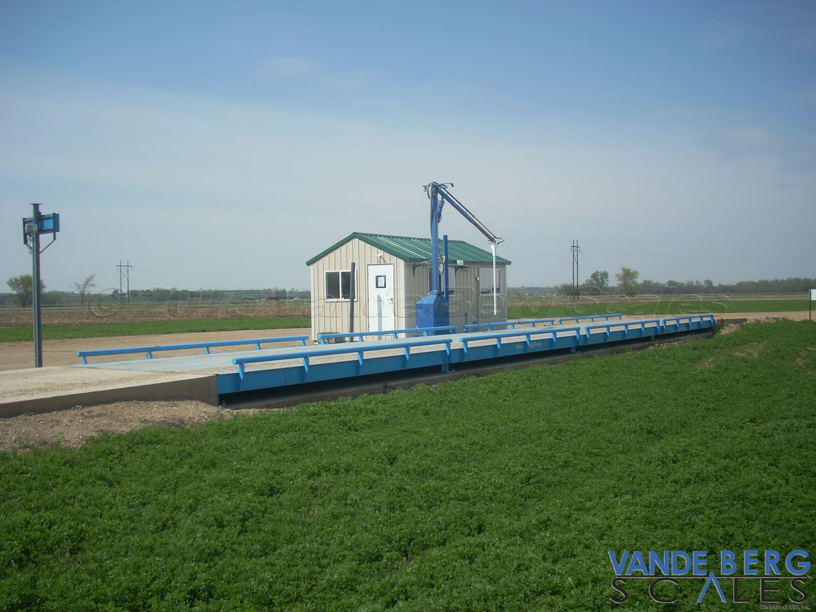 Above-ground pitless truck scale with grain probe.